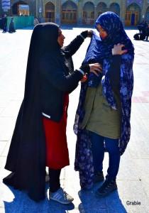 Una mujer iraní me ayuda a colocarme el sador. Me pide que nunca me olvide de ella.