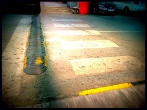 La rampa da a un badén, a la marca amarilla es un escalón.