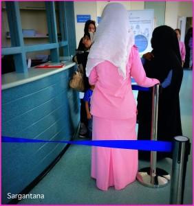 Enfermera vestida con el uniforme completamente de rosa