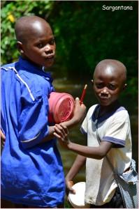 Niños regresando de la escuela en Kibale