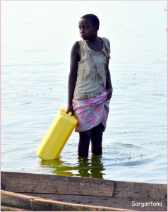 Mujer en la tarea cotidiana de recoger agua en la península de Mweya