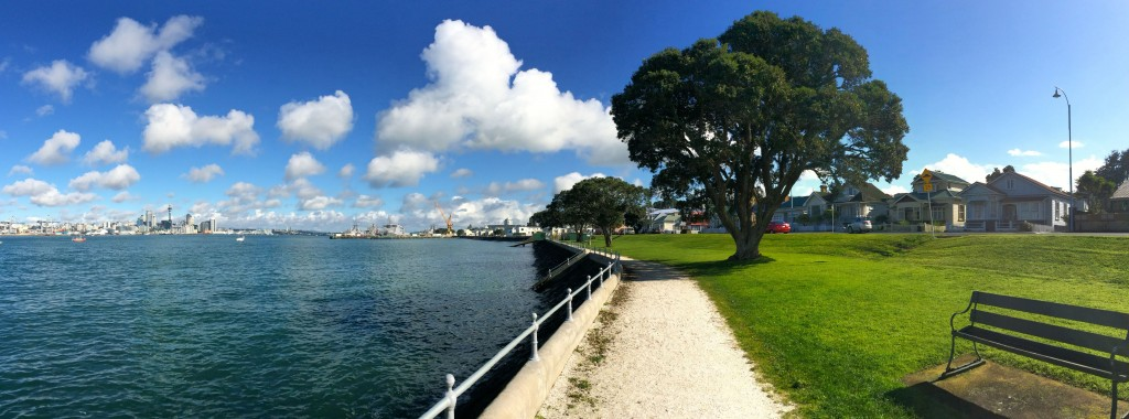 Panorámica desde mi nuevo hogar, Devonport, Torpedo Bay y en centro de Auckland al fondo.