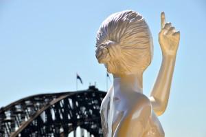 """Escultura de Sangeeta Sandrasegar en el """"Museum Of Contemporary Art Australia"""" con Harbour Bridge al fondo"""