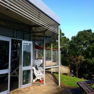 Exterior del gimnasio de Takapuna, y detalle del jacuzzi exterior con vistas al lago Pupuke (Auckland)