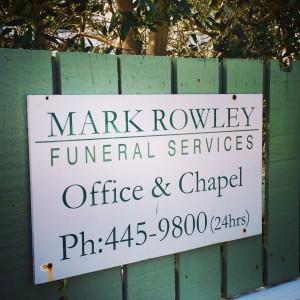 El vecino ofrece servicios funerarios a cualquier hora del día, no ayuda a tranquilizar mis miedos.