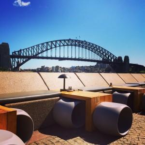 Opera Kitchen, un bar al aire libre con vistas al legendario Harbour Bridge, Sydney.