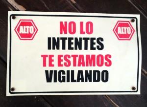 Cartel en la entrada de una vivienda de Cancún.