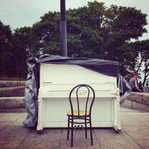Piano público en Montreal a disposición de quienes sepan tocar.