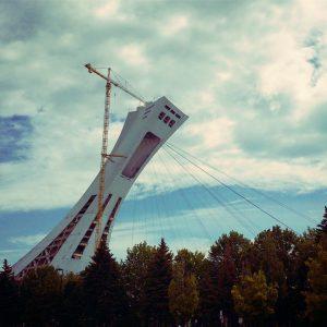 El Estadio Olímpico de Montreal posee la mayor torre inclinada del mundo (175 m de altura).