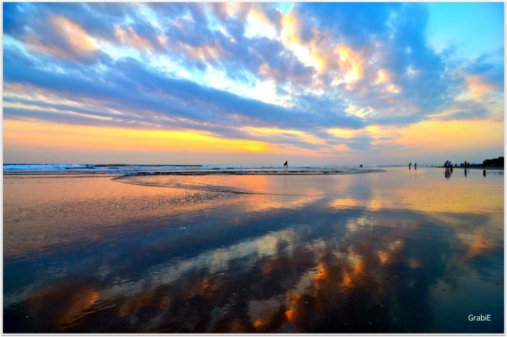 Atardecer en la playa Seminyak, Bali.