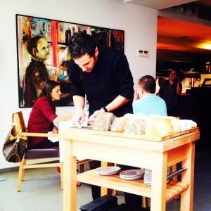 Santi Taura ofreciendo un menú degustación de quesos caseros