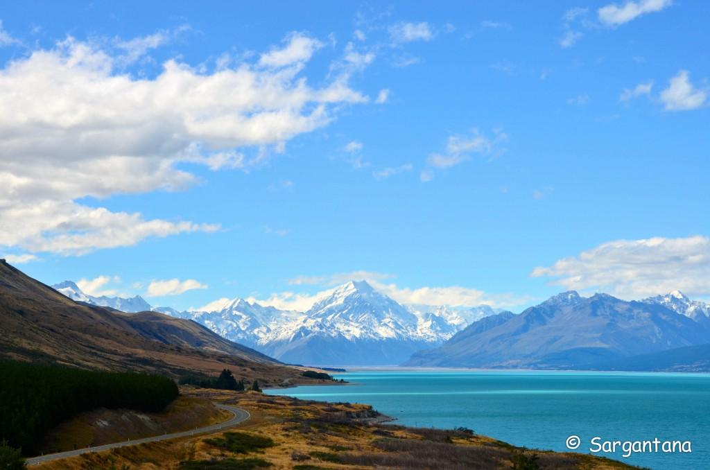 ¿Te gusta conducir? Lago Pukaki y el monte Cook de fondo.