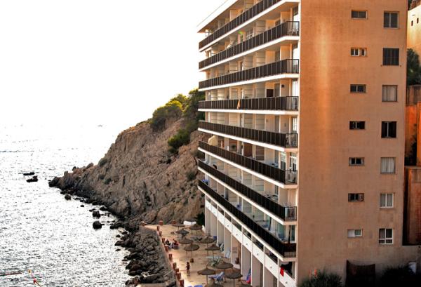 Hotel construido sobre la costa en el Puerto de Andratx