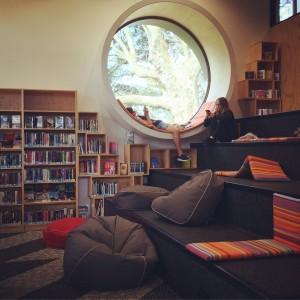 Detalle de la biblioteca de mi barrio en Devonport.