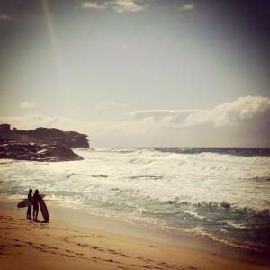 Estampa típica de las playas urbanas de Sydney, surfers en Bronte Beach.
