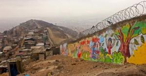 Muro entre los barrios de Surco, uno de los barrios más acaudalados de la ciudad, y la población de San Juan de Miraflores, uno de los más vulnerables en Lima (Perú)