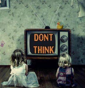 La TV nos invita a no pensar.