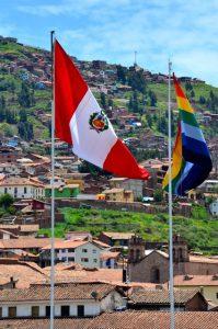 Bandera peruana y cusqueña izadas un domingo en la Plaza de las Armas (Cusco, imagen propia)