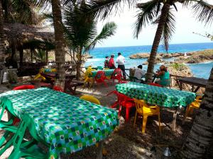 Imagen de uno de los numerosos restaurantes en el Malecón de Boca de Yuma