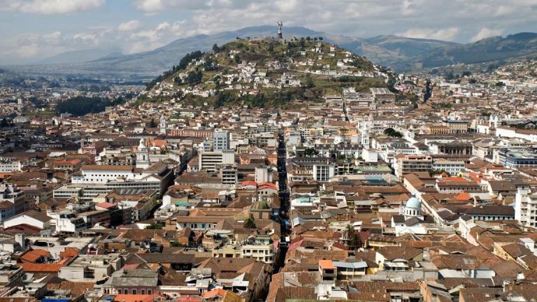 Panorámica de la ciudad de Quito con El Panecillo de fondo