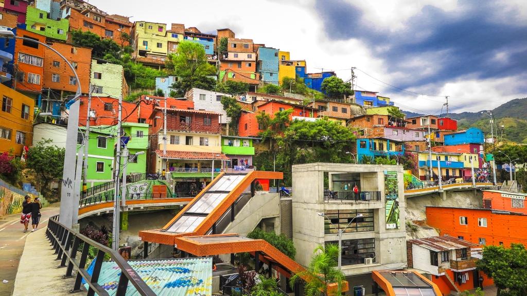 Fuente: https://www.palenque-tours-colombia.com/wp-content/uploads/2017/04/Medellin-Transformacion-2-5.jpg