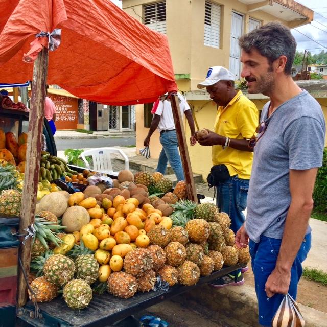 Comprando fruta en las calles de Samaná