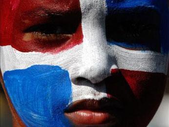 Niño con los colores de la bandera dominicana