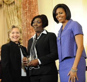 Sonia Pierre recibiendo el Robert F. Kennedy de manos de Michelle Obama y Hillary Clinton
